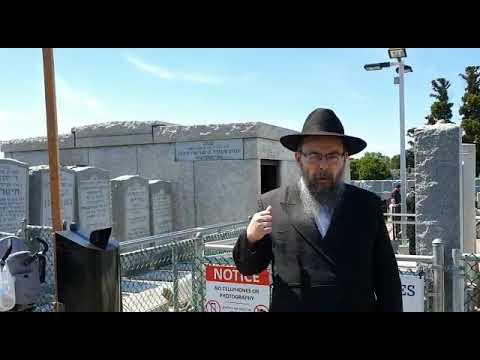 342 Szokások a temetőben, a Rebbe sírjánál – Oberlander Báruch (Ohel, Hábád Lubavics, New York)